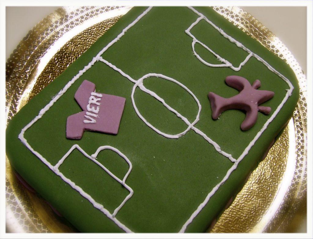 La torta campo di calcio forchettinagiramondo for Piani di trama per la mia casa