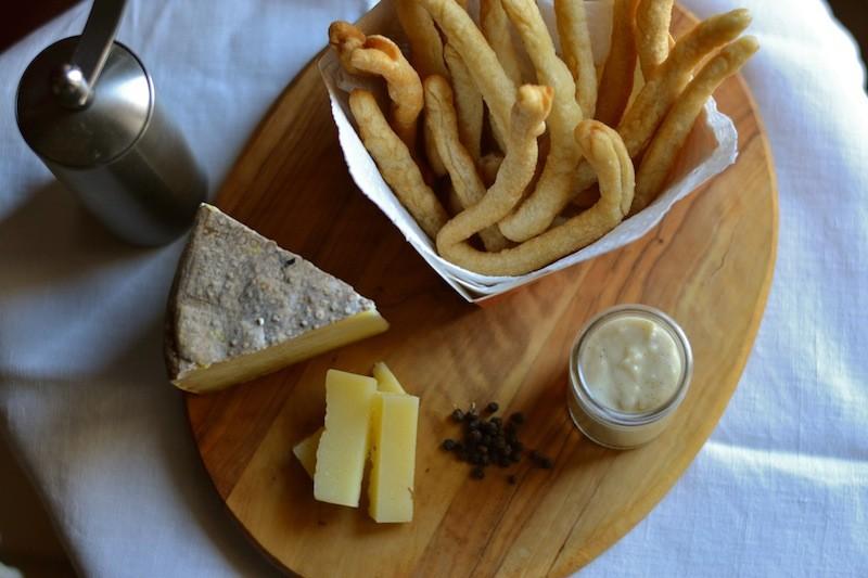 Pici snack con salsa cacio e pepe