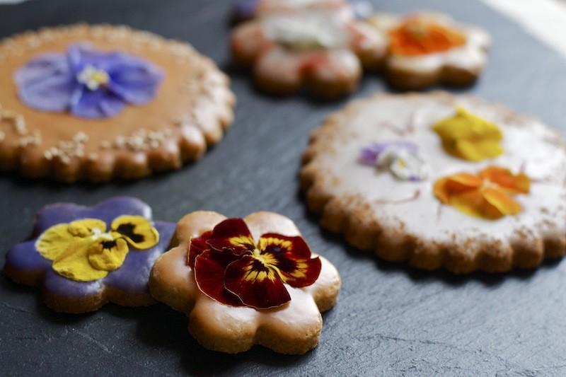 biscotti con fiori eduli